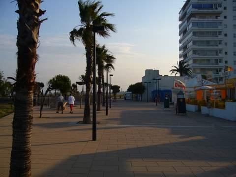 commerces et promenade devant la plage