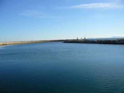 canal rejoignant la mer